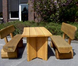Rustikaler Gartentisch